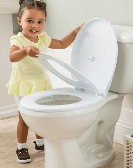 Nắp bồn cầu dành cho bé, an tâm của bố mẹ.