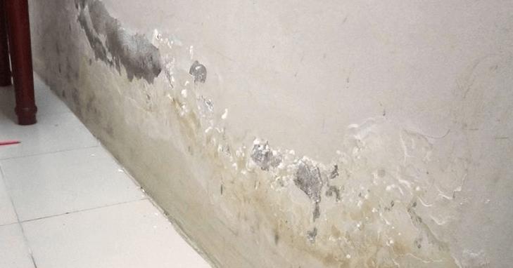 Việc thi công không kỹ dẫn đến tường nhà vệ sinh bị thấm nước, ố vàng